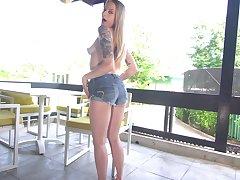 Trimmed pussy hottie Paris White enjoys pleasuring her cravings