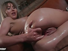 Paige Owens knows the best ways to self pleasure and she loves fisting